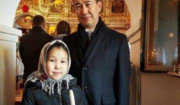 Айсен Николаев с дочкой в церкви