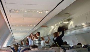 салон самолета багаж