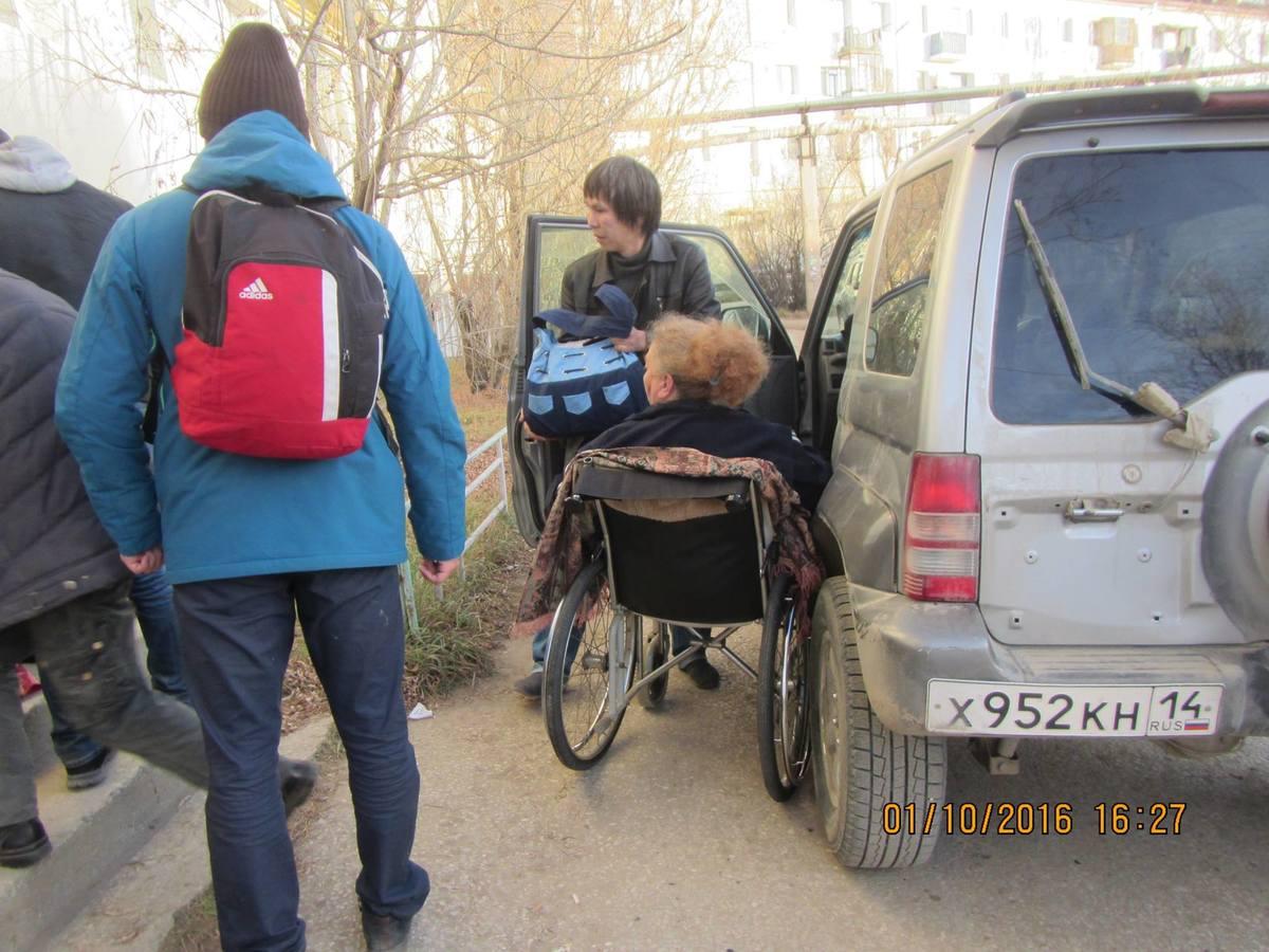 Уже несколько лет общественник перевозит инвалидов по собственной инициативе.
