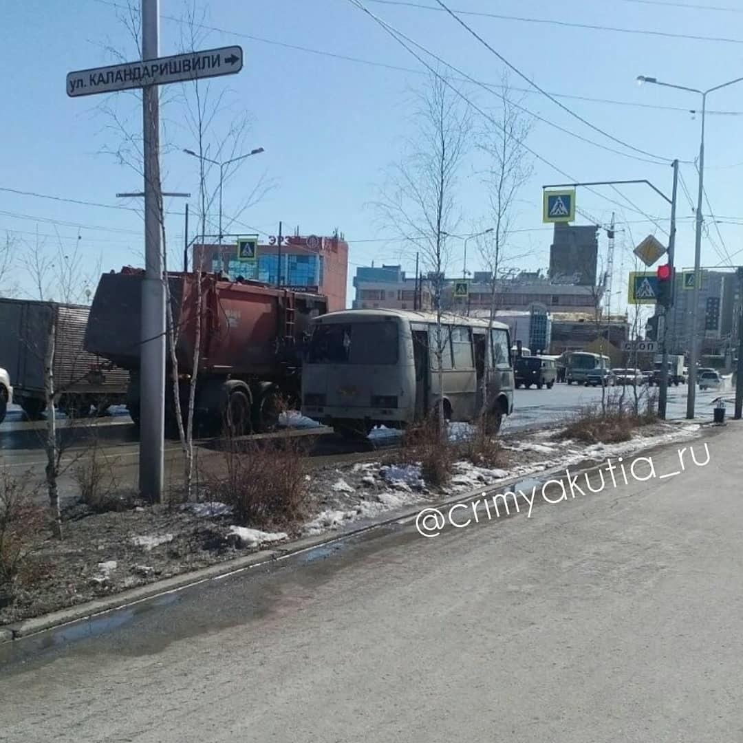 29717043_1239069866196147_6710715859733577728_n В Якутске мусоровоз разбил стекла в пассажирском автобусе (+видео)