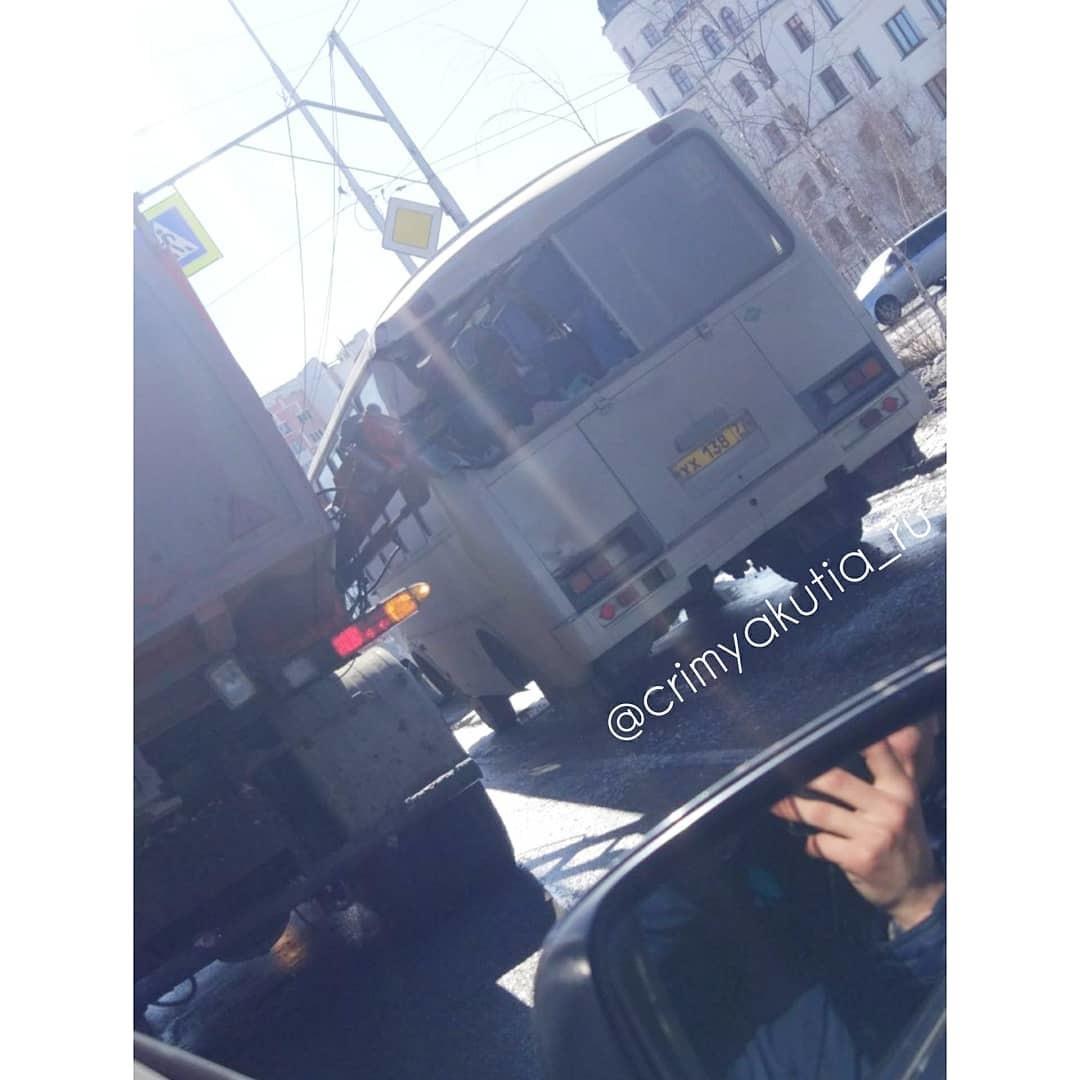 30085871_164349437614093_405029069713833984_n В Якутске мусоровоз разбил стекла в пассажирском автобусе (+видео)
