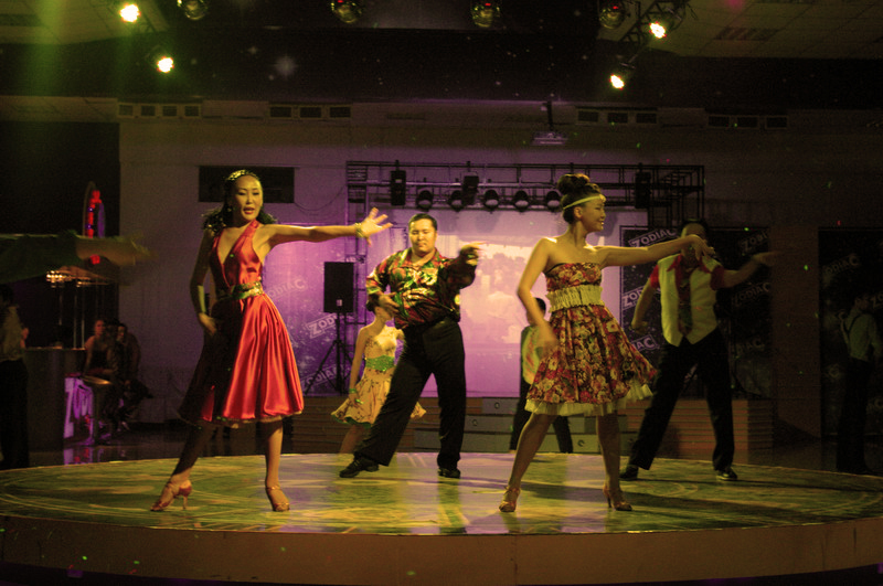 Людмила Николаева прекрасно танцует