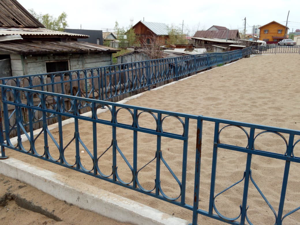 Соседняя площадка присыпана песком