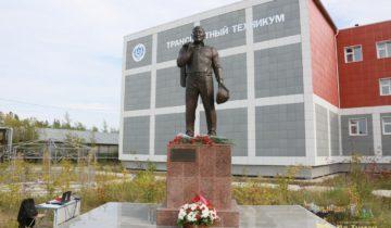 Памятник Романову в Нижнем Бестяхе