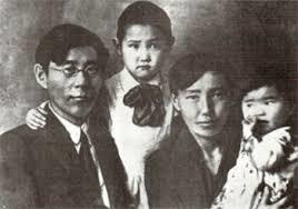 С супругой Акулиной Николаевной, ее дочерью марией (в центре) и общей дочерью Саргыланой. 1932 год.