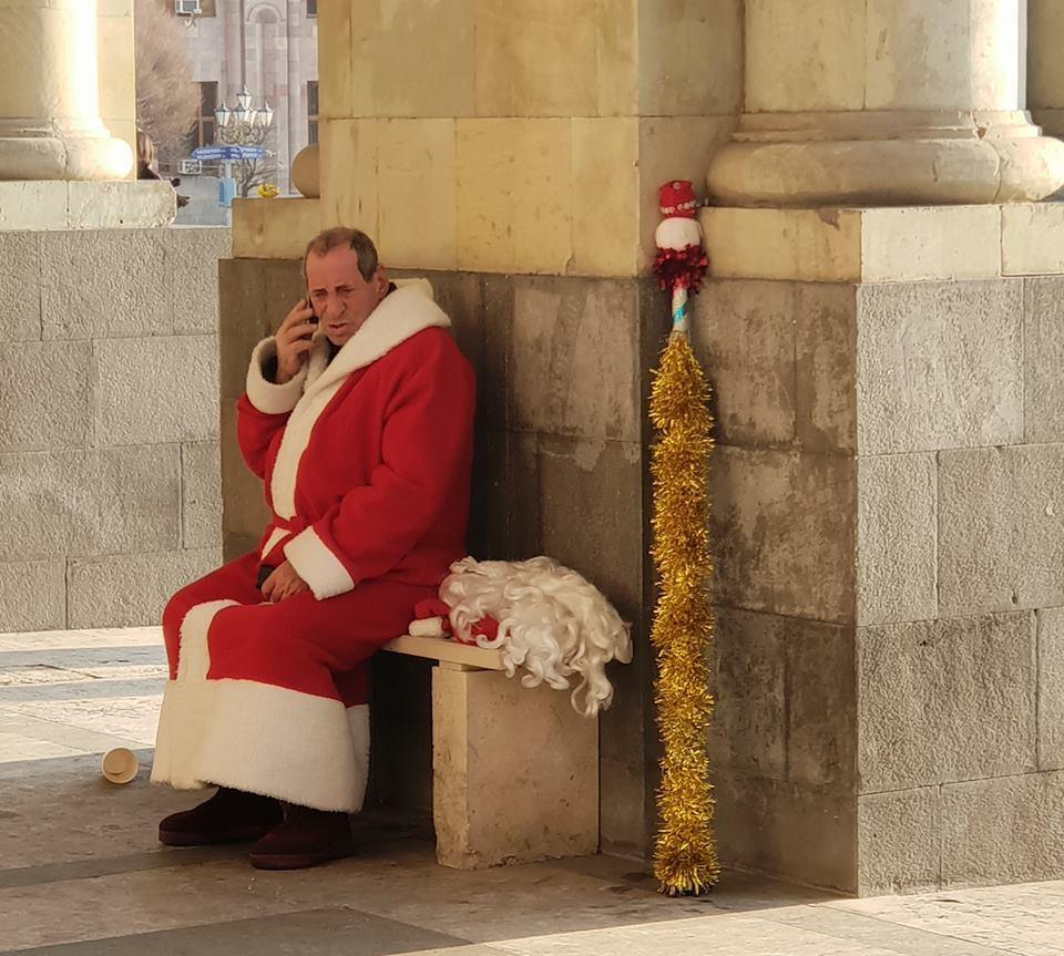 Скрипин разместил фото уставшего ереванского Деда Мороза