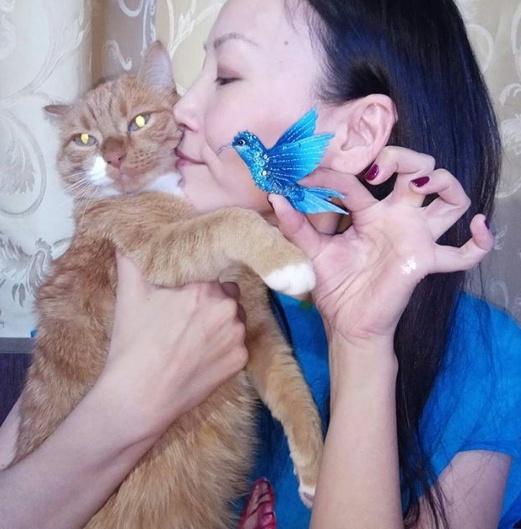 Ангелина с любимым котом Дуремаром и с брошью птичкой-колибри собственного изготовления