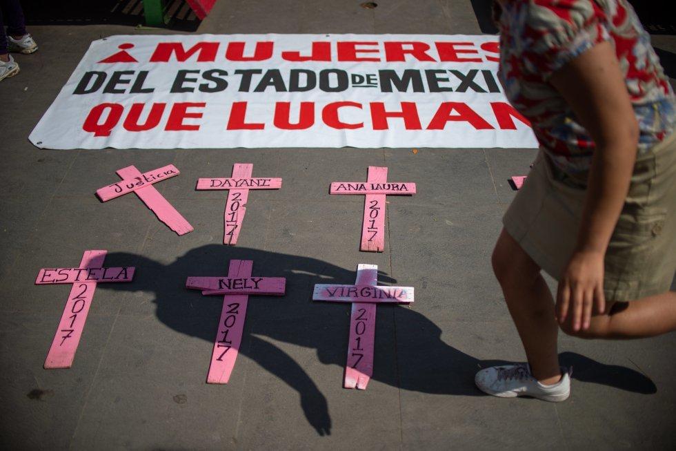 Мексика, на крестах - имена женщин, убитых мужьями