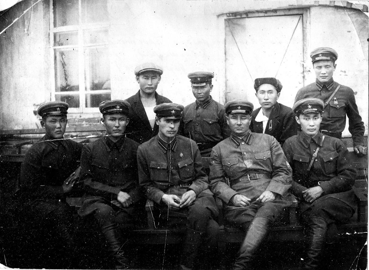 Первый набор практикантов в Управление НКВД ЯАССС. В первом ряду справа Иван Ахчагныров (1936 г.)