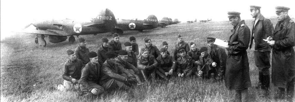 Офицеры 1-й перегоночной авиадивизии получают инструктаж на Якутском аэродроме