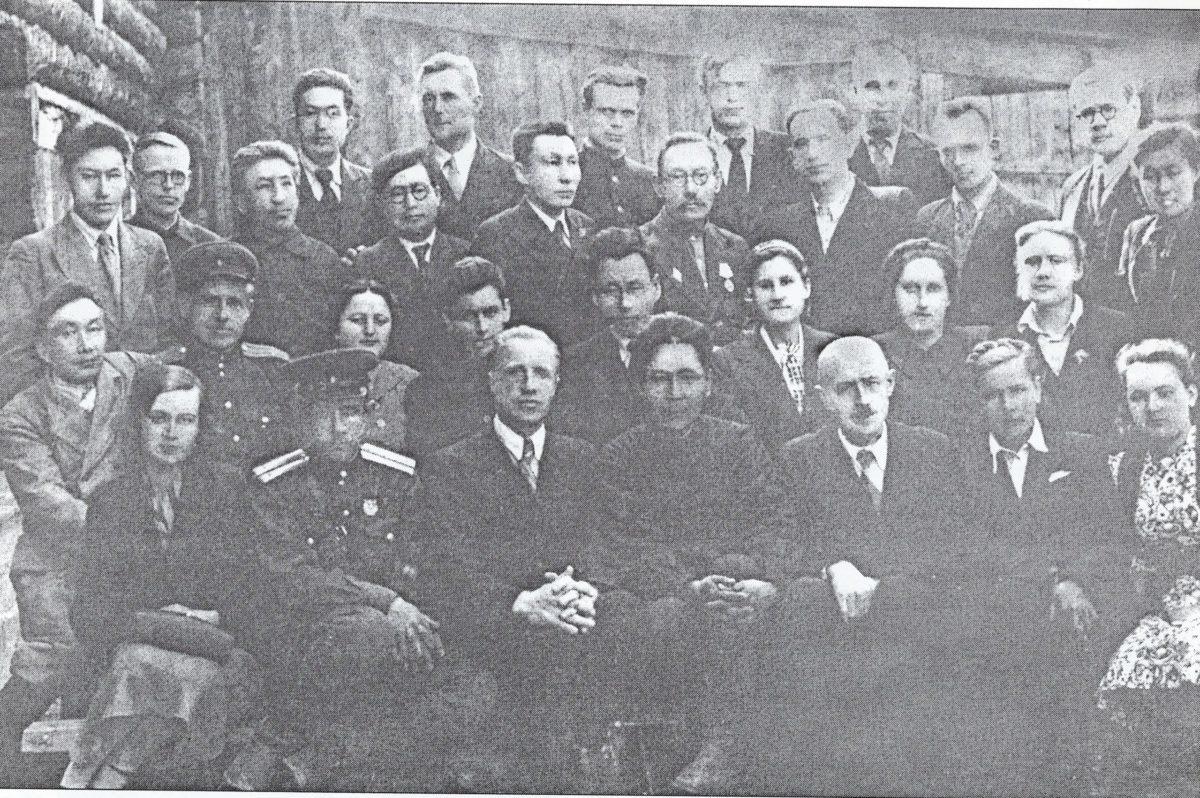 Преподаватели Якутского пединститута. 1945 г.