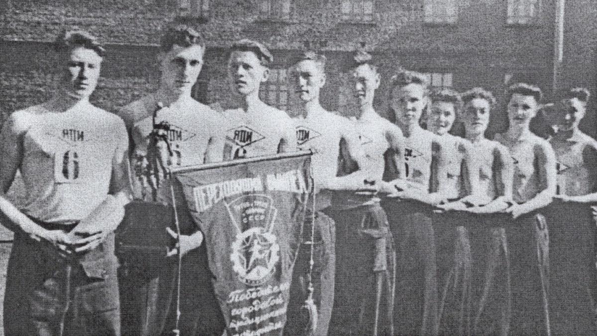 Команда ЯПИ, завоевавшая I место в городской эстафете на призы газеты «Социалистическая Якутия». 1953 г.