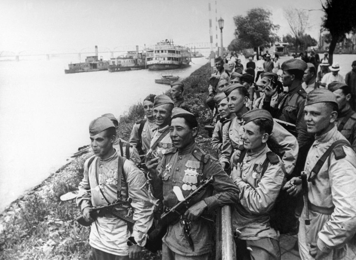 Маньчжурия. Советские воины в Харбине на берегу реки Сунгари /Фотохроника ТАСС