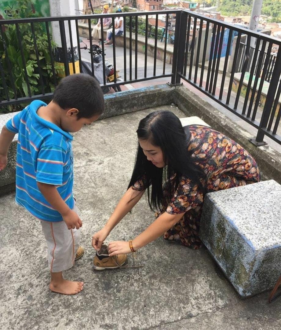 Малыш подошел к Надежде с просьбой обуть его