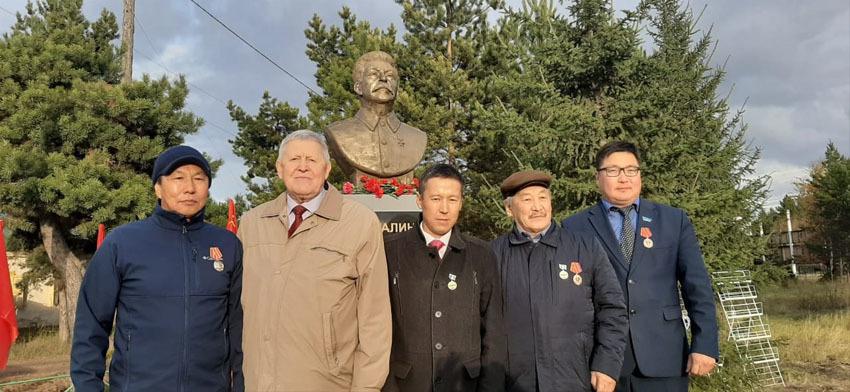 Первый слева Красный шаман Федот Иванов