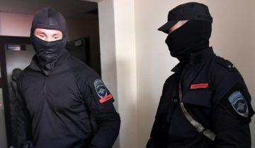 """MOSCOW, RUSSIA - AUGUST 9, 2018: Police officers searching an office of the Open Russia movement in connection with the case of the Yukos oil and gas company. Maxim Grigoryev/TASS  Ðîññèÿ. Ìîñêâà. Âî âðåìÿ îáûñêîâ â îôèñå """"Îòêðûòîé Ðîññèè"""", êîòîðûå ïðîõîäÿò ïî îäíîìó èç óãîëîâíûõ äåë áûâøåé íåôòÿíîé êîìïàíèè ÞÊÎÑ. Ìàêñèì Ãðèãîðüåâ/ÒÀÑÑ"""