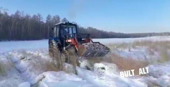 Видеофакт: В Якутии грузят карасей ковшом трактора