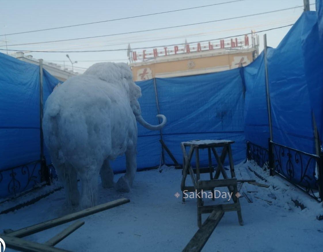 Фотофакт: Около мэрии появится  мамонт из снега