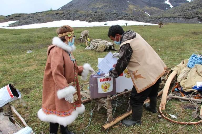 В Булунском районе первыми досрочно проголосовали оленеводы Кюсюра