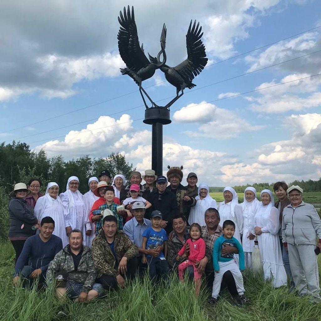 Фотофакт: В Якутии умельцы установили памятник стерху, сделанный из кузова машины