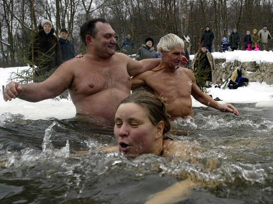 Китаец оторопел, увидев, как в Оймяконе купаются в мороз -70