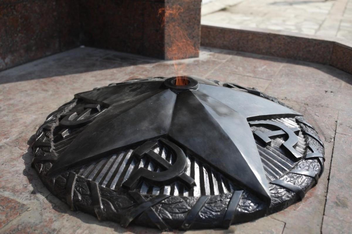 Фотофакт: На площади Победы заменили звезду Вечного огня у Стены героев