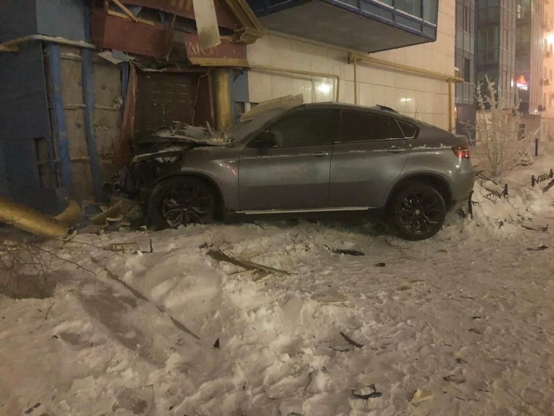 Фотофакт: Нетрезвый водитель BMW врезался в дом с часами в  Якутске