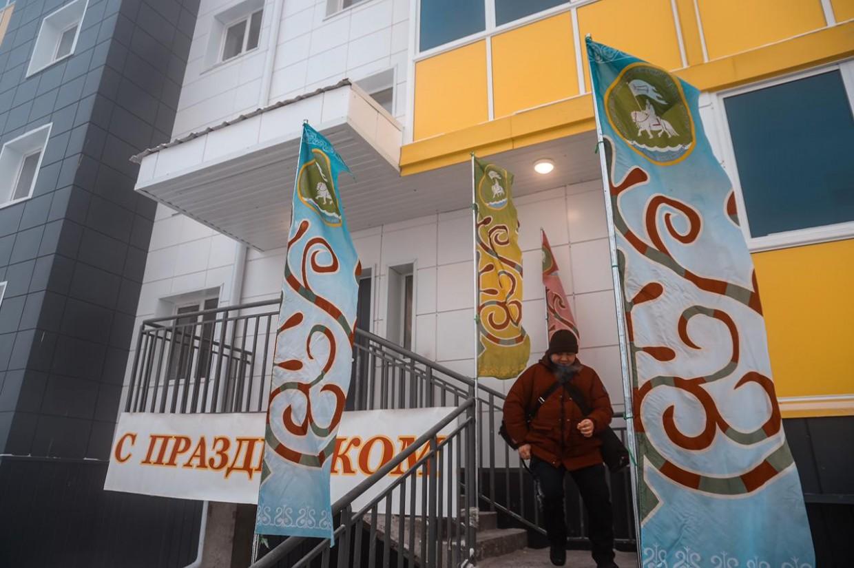 В селе Намцы торжественно ввели многоквартирные дома «АЭБ Капитал» для переселенцев из аварийного жилья