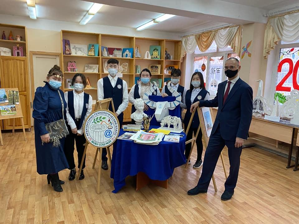 Дмитрий Глушко посетил родную школу в Якутске и рассказал об окуне, которого резали на уроке биологии