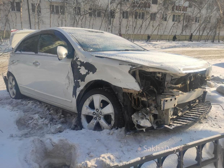 В центре Якутска автомобиль протаранил несколько машин