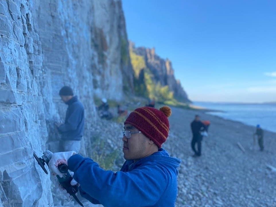 Скалолазы и школьники из Якутии очистили Ленские столбы от вандальных надписей