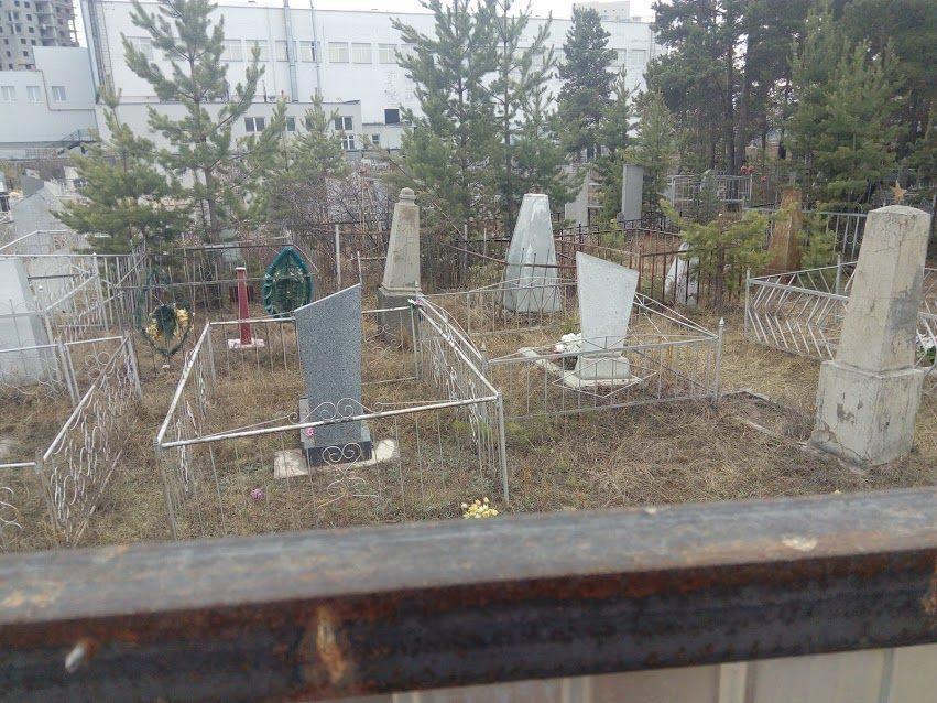 Могилы расположены через забор от кафешек
