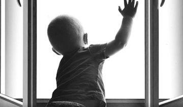 ребенок из окна12