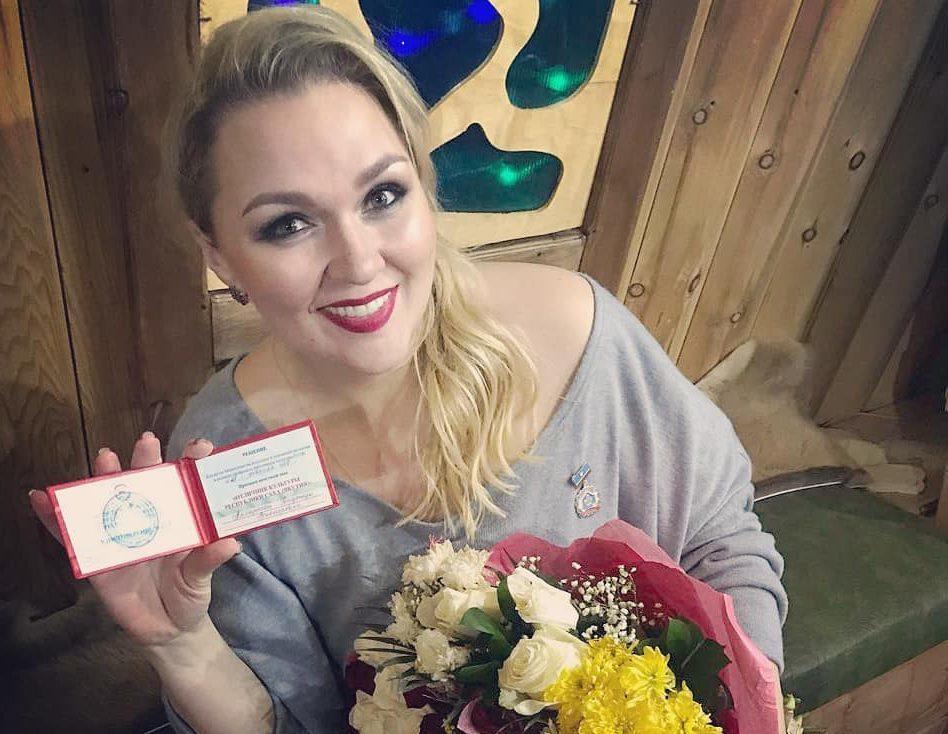 28430917_2065361940402115_6123703815892893696_n-e1520040117255 Участница Comedy Woman Надежда Ангарская стала отличником культуры Якутии