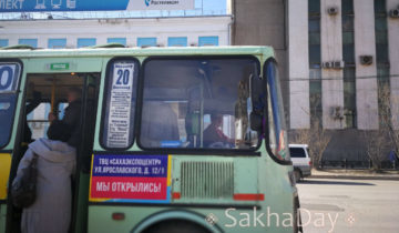 В салоне автобуса происходит драка