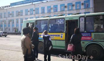 Прохожие с недоумением наблюдают за происходящим в автобусе
