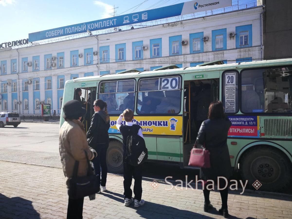 77 В Якутске пойманный в автобусе №20 карманник устроил драку