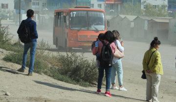Люди ждут автобуса в 203-м микрорайоне