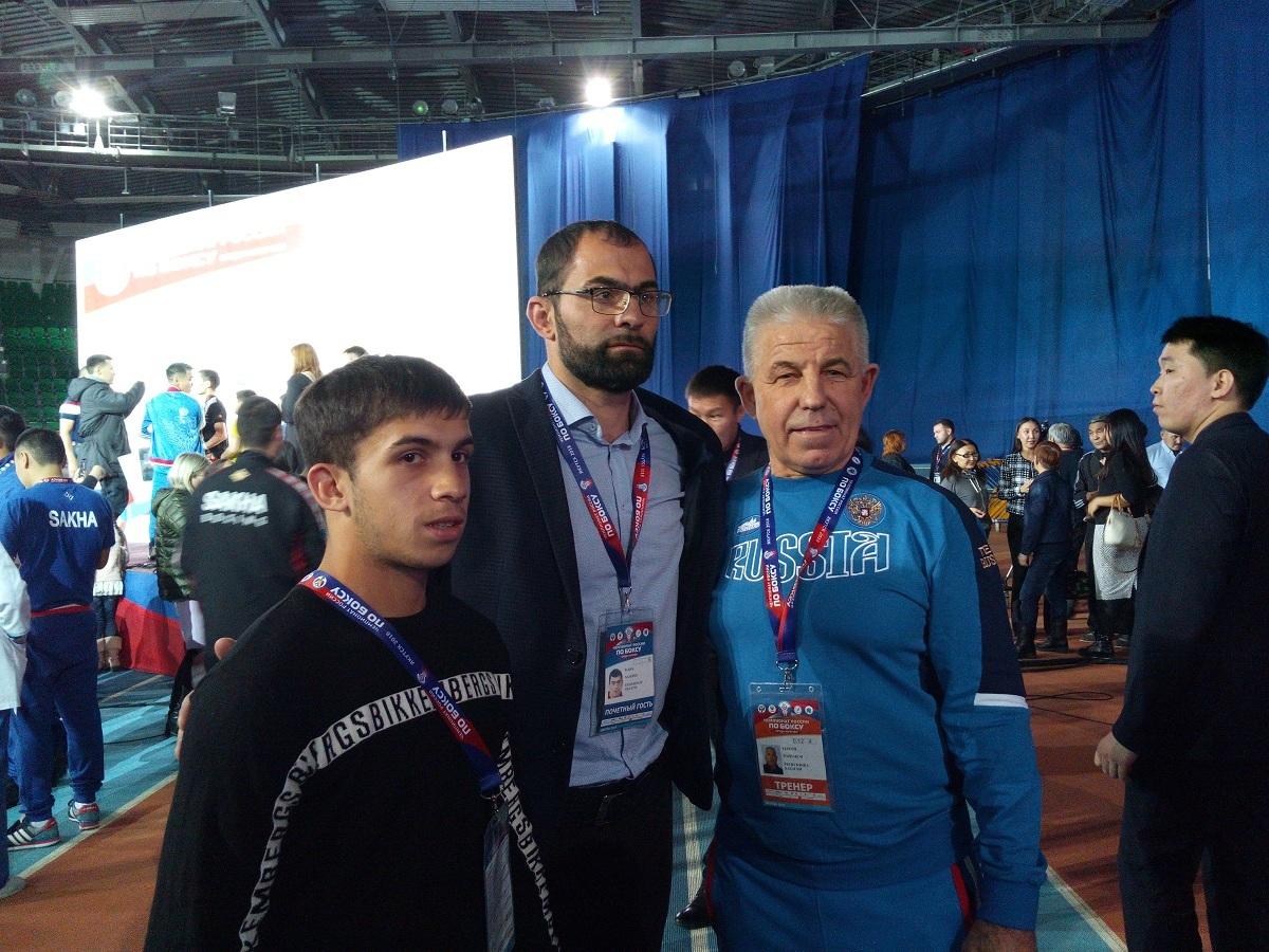 Рахим Чахкиев в центре