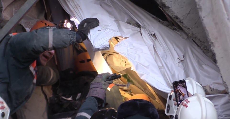 В Магнитогорске под завалами нашли живого 11-месячного ребенка